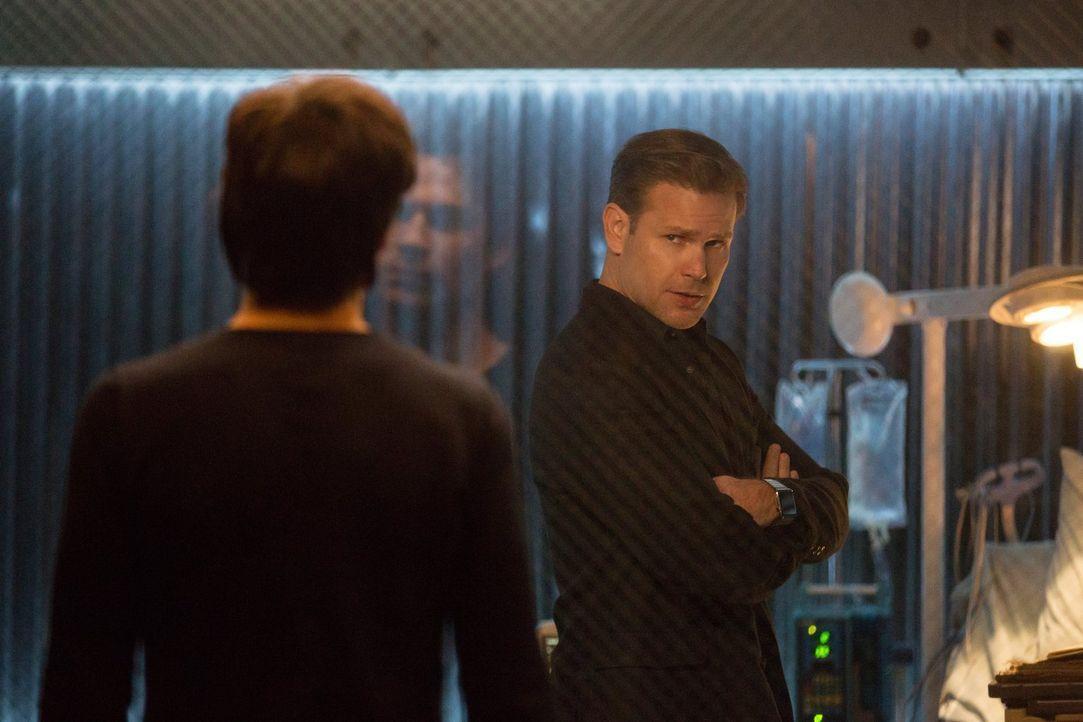 Alaric (Matthew Davis) versucht, Matts Visionen und Erinnerungen zu kontrollieren, um Aufschluss darüber zu erhalten, was das Maxwell-Buch ihnen mit... - Bildquelle: Warner Bros. Entertainment, Inc.