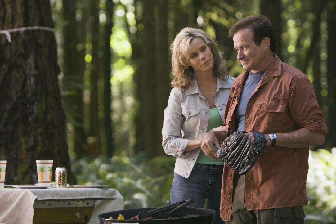 Ein Urlaub der besonderen Art: Jamie (Cheryl Hines, l.) und Bob Munro (Robin Williams, r.) ... - Bildquelle: Sony Pictures Television International. All Rights Reserved.