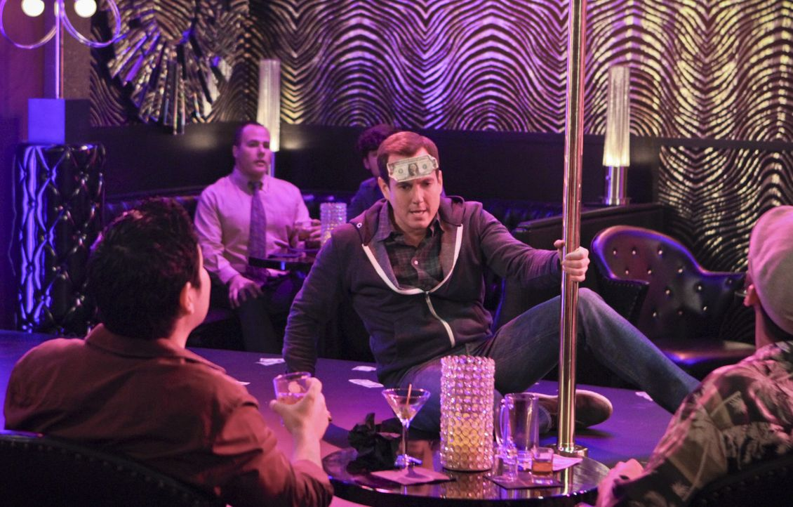Als Nathan (Will Arnett) mit seinem Arbeitskollegen Doug ausgeht, muss er feststellen, dass er schräger ist, als gedacht ... - Bildquelle: 2013 CBS Broadcasting, Inc. All Rights Reserved.