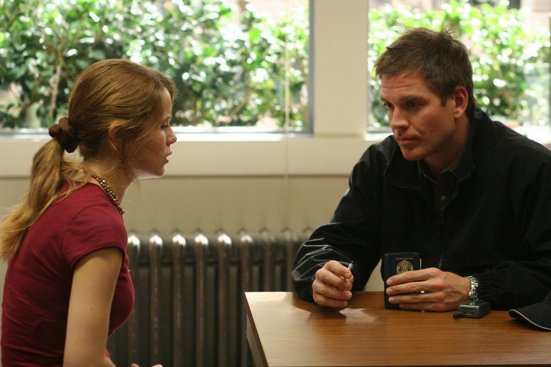 Tony (Michael Weatherly, r.) unterhält sich mit Stephanie Phillips (Linsey Godfrey, l.), einer Mitschülerin von Kody Meyers, um etwas über den Ju... - Bildquelle: CBS Television