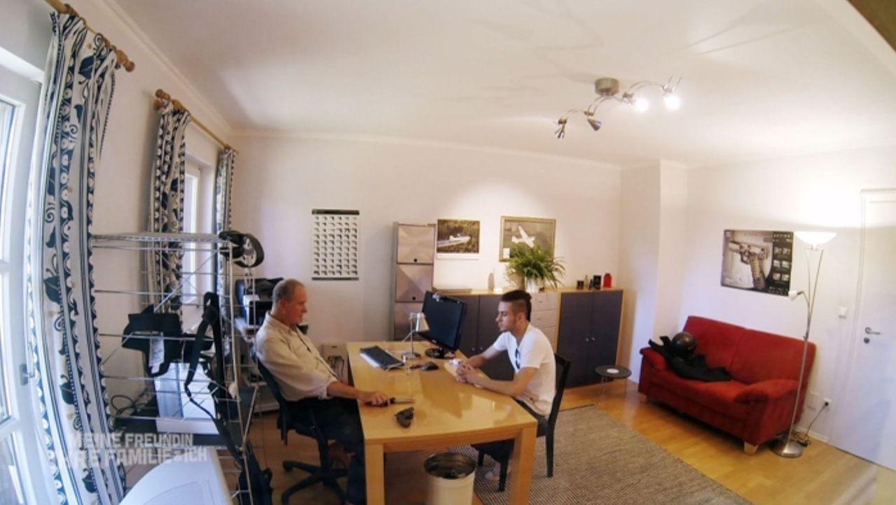 Das Zusammentreffen mit dem Vater (Bernd Dechamps, l.) seiner Freundin hat sich Riccardo (r.) etwas anders vorgestellt ... - Bildquelle: SAT.1