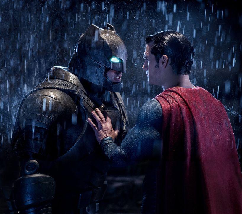 Bruce Wayne alias Batman (Ben Affleck, l.) rüstet sich für einen erbitterten Kampf gegen Clark Kent alias Superman (Henry Cavill, r.), doch ist Supe... - Bildquelle: Warner Bros.