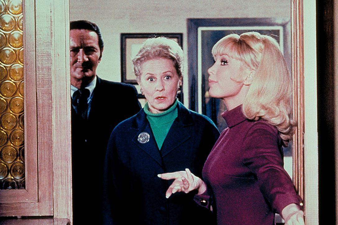 Jeannie (Barbara Eden, r.) möchte Tonys Haus verkaufen und blinzelt der Interessentin Mrs. Winkler (Joan Tompkins, M.) alles hin, was diese sich wün...