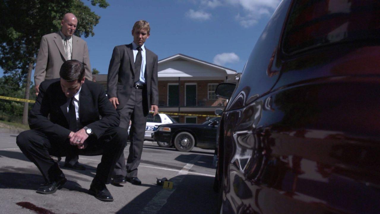 Bei seinen Ermittlungen in einem brutalen Mord an einer ganzen Familie entdeckt Lt. Joe Kenda (Carl Marino, vorne) eine grausame, unerwartete Verbin... - Bildquelle: Jupiter Entertainment