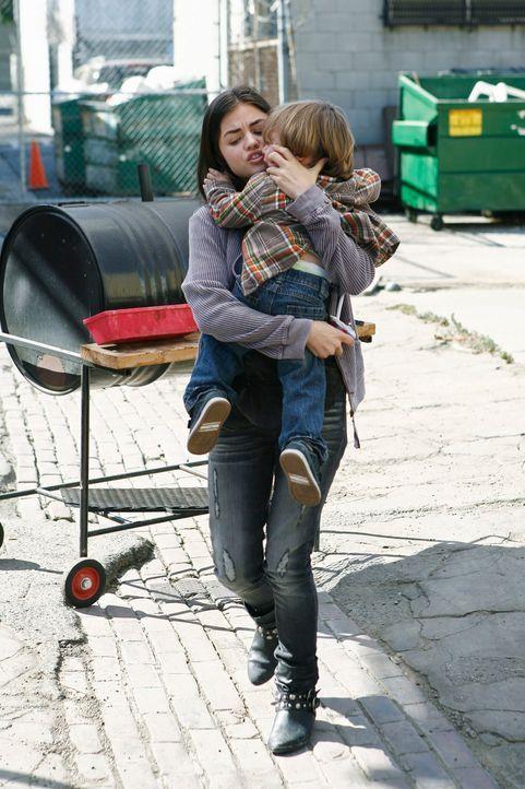 Bei einer karitativen Sprechstunde in einem Obdachlosenasyl untersucht Cooper den zweijährigen Elliot, den Sohn der fünfzehnjährigen Danielle (Lucy... - Bildquelle: ABC Studios
