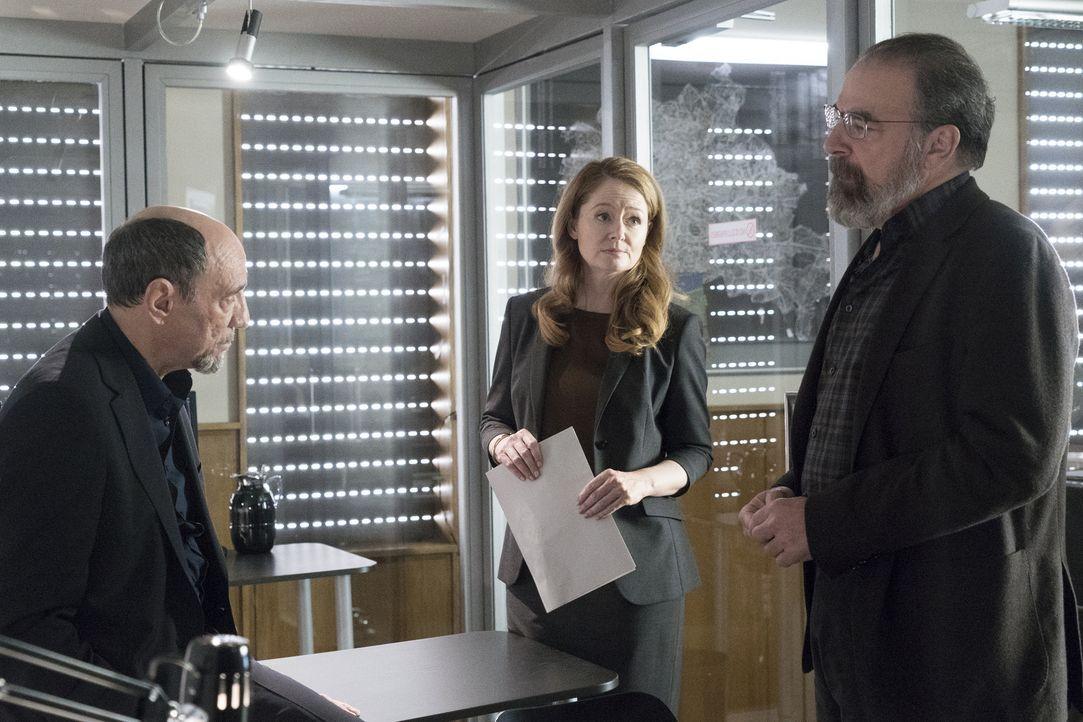Saul (Mandy Patinkin, r.) und Dar Adal (F. Murray Abraham, l.) haben unterschiedlichen Ansichten, wie sie mit Allison (Miranda Otto, M.) verfahren s... - Bildquelle: Stephan Rabold 2015 Showtime Networks, Inc., a CBS Company. All rights reserved.