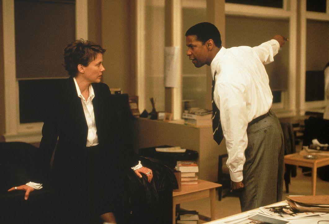Der FBI-Agent Anthony 'Hub' Hubbard (Denzel Washington, r.) ist sich nicht sicher, inwieweit er der Geheimdienstagentin Elise Kraft (Annette Bening,... - Bildquelle: 20th Century Fox International Television