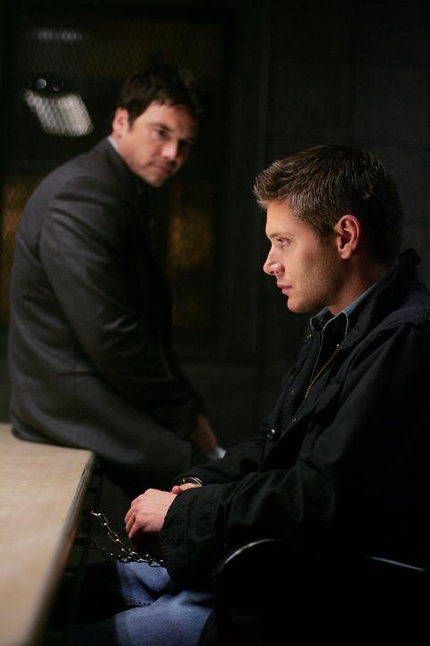 Der Polizist Peter Sheridan (Jason Gedrick, l.) glaubt Dean (Jensen Ackles, r.) kein Wort - und macht ihn zum Hauptverdächtigen eines Mordes ...