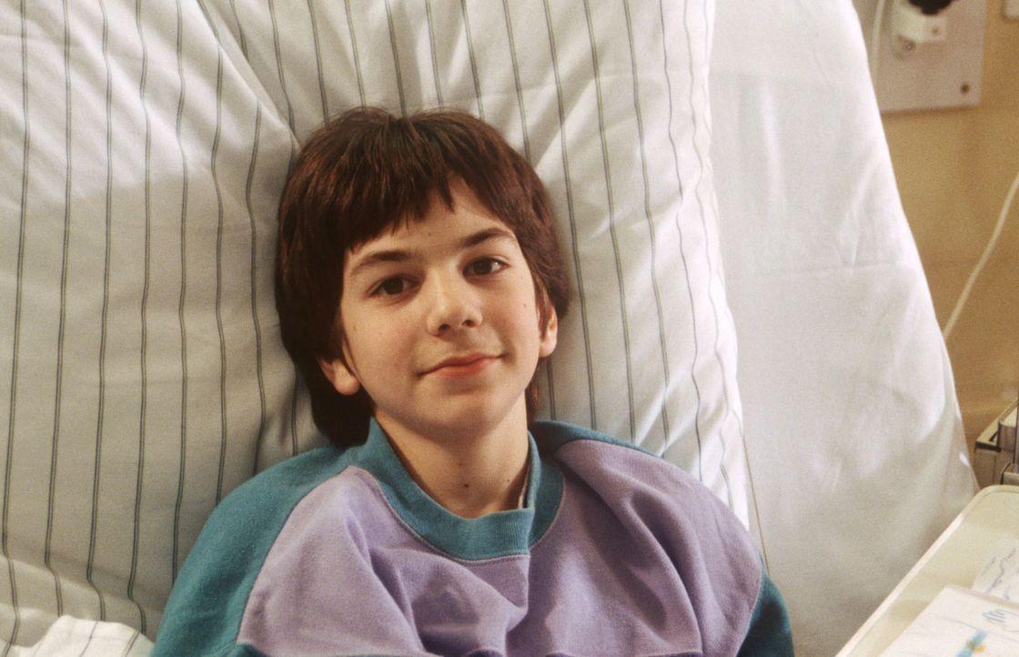 Jean-Paul (Andreas Schmid) hat bei einem Verkehrsunfall seine Eltern verloren - jetzt ist der kleine Franzose ganz allein ... - Bildquelle: Janis Jatagandzidis Sat.1
