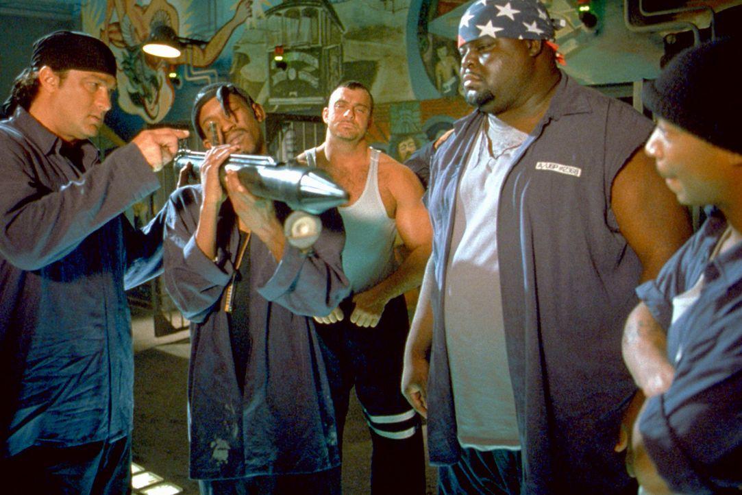 Dummerweise haben die Gangster die Rechnung ohne die Gefangenen, (v.l.n.r.) Sascha (Steven Seagal), Twitch (Kurupt), Little Joe (Michael Taliferro)... - Bildquelle: 2003 Sony Pictures Television International. All Rights Reserved.