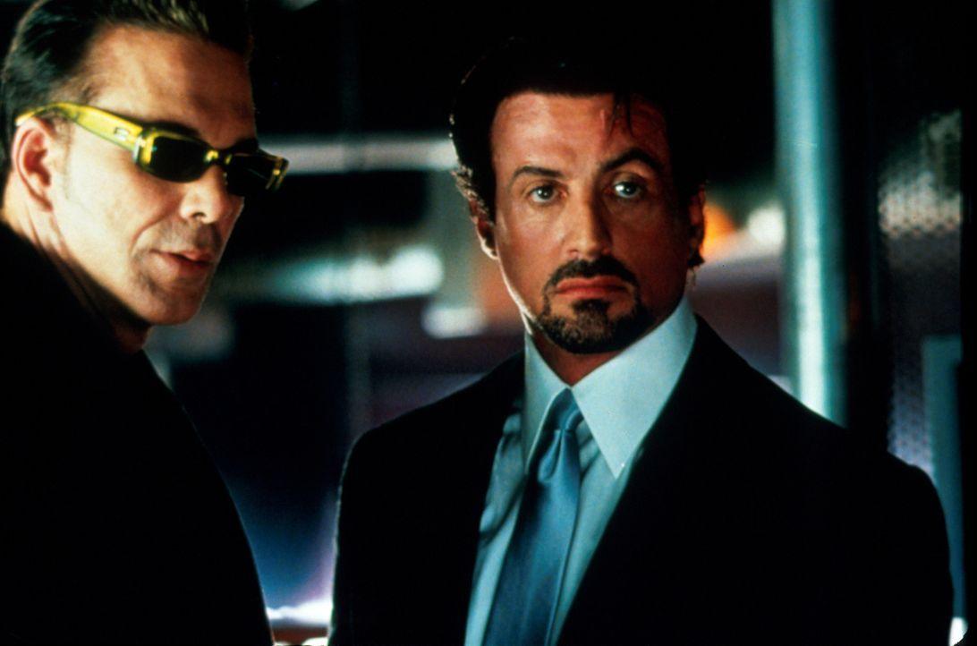 Jahrzehntelange Feindschaft verbindet den Porno-Produzenten Cyrus Paice (Mickey Rourke, l.) mit Jack Carter (Sylvester Stallone, r.), doch ihr Inter... - Bildquelle: Warner Bros.