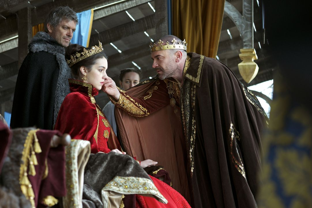 Henry II. (Alan Van Sprang, r.) realisiert, dass das Volk von Mary (Adelaide Kane, M.) begeistert ist und fasst einen Plan. Der Herzog von Guise (Gi... - Bildquelle: 2013 The CW Network, LLC. All rights reserved.