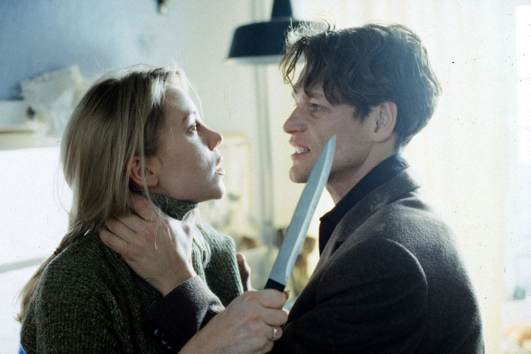 Marie (Franziska Petri, l.) ist außer sich: Hat ihr Mann Nick (Steffen Wink, r.) ein Verhältnis mit der Pianistin Anna? - Bildquelle: Andy Kaysser Sat.1
