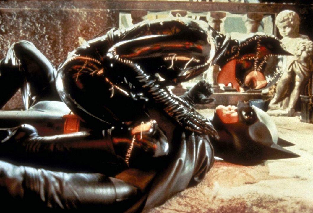 Die geheimnisvolle, faszinierende Catwoman (Michelle Pfeiffer, oben), eine trickreiche und peitschenschwingende Kämpferin, die Karate beherrscht, s... - Bildquelle: Warner Bros.