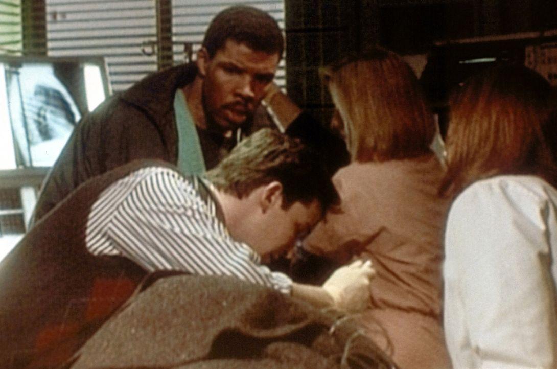 Carter (Noah Wyle, v.) ist zwar bienenfließlig, aber sein Chef, Dr. Benton (Eriq la Salle, h.l.), findet, er habe ein zu weiches Herz. - Bildquelle: TM+  WARNER BROS.