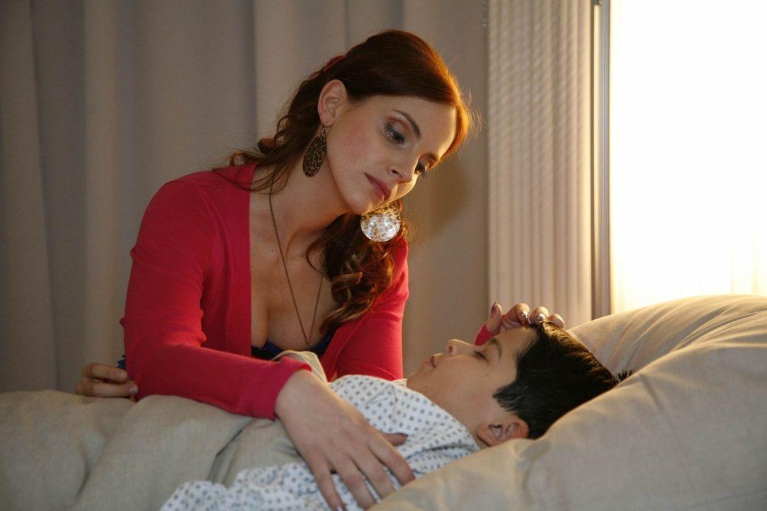 Manu (Marie Zielcke, l.) ist froh, dass es ihrem Sohn Daniel (Alexander Türck, r.) wieder besser geht und wird von ihrer Mutterliebe überwältigt... - Bildquelle: SAT.1