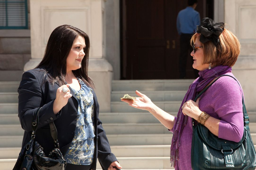 Jane (Brooke Elliott, l.) muss kurzerhand ihre Mutter Elaine (Faith Prince, r.) vor Gericht verteidigen. Durch das Betätigen der Notrutsche legte s... - Bildquelle: 2011 Sony Pictures Television Inc. All Rights Reserved.