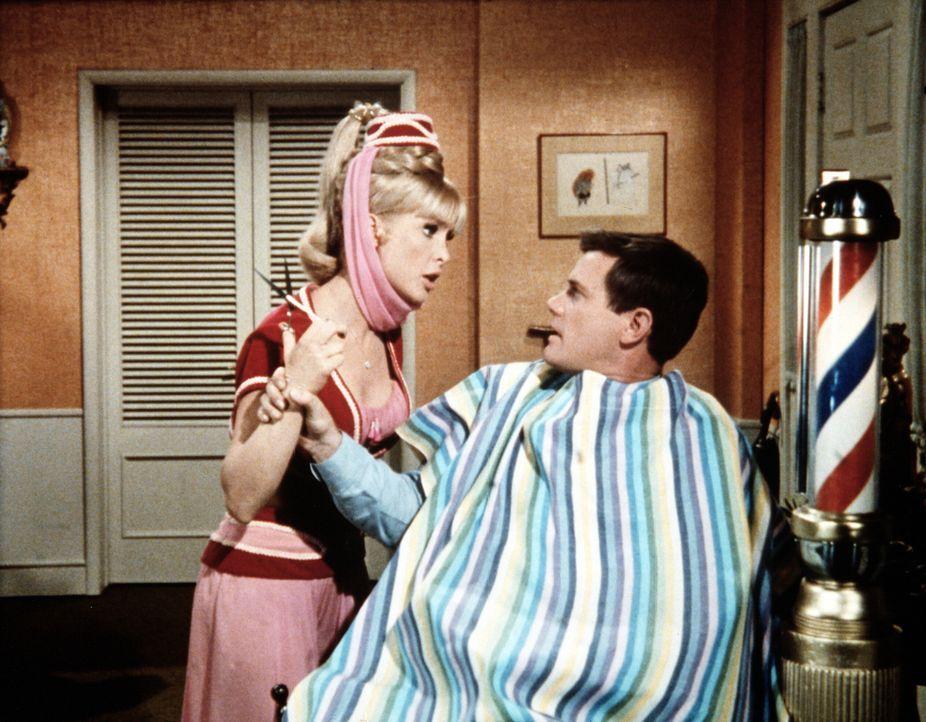 Jeannie (Barbara Eden, l.) braucht eine Locke von Tonys (Larry Hagman, r.) Haar, um ihn mittels Zauberei endlich zu einem Heiratsantrag zu bewegen. Mit einiger Überredungskunst gelingt es ihr, eine Strähne zu ergattern ...