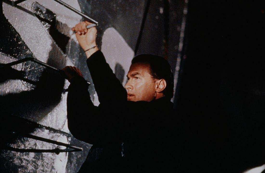 Schiffskoch Casey Ryback (Steven Seagal) entpuppt sich als Einsatzspezialist einer Sondertruppe der Navy. Im Alleingang nimmt er den Kampf auf ... - Bildquelle: Warner Bros.