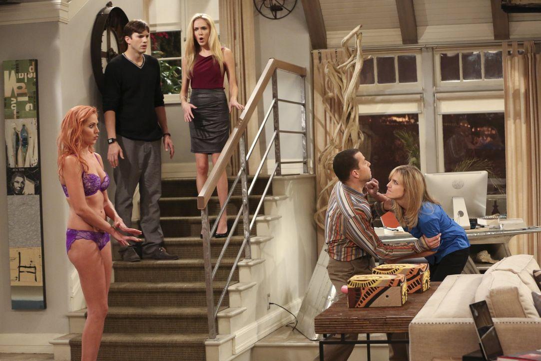 Walden (Ashton Kutcher, 2.v.l.) und Alan (Jon Cryer, 2.v.r.) haben eine Verabredung mit zwei attraktiven Damen namens Laurie (Madison Dylan, M.) und... - Bildquelle: Warner Bros. Television