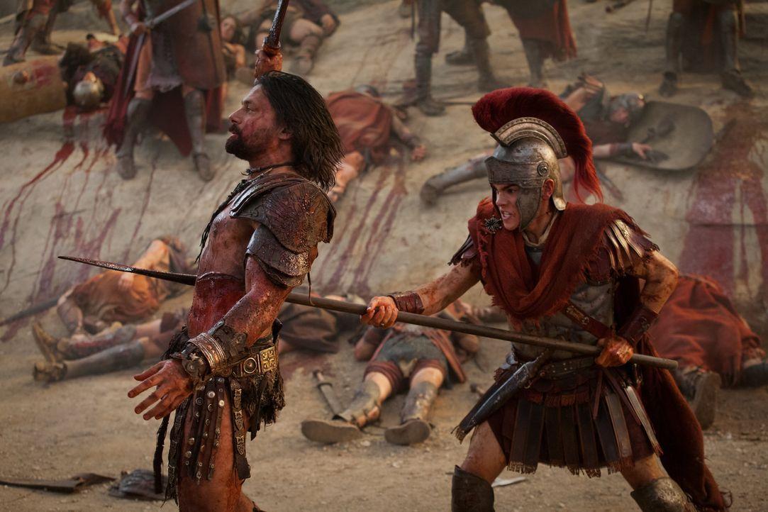 Hinterrücks jagt Tiberius (Christian Antidormi, r.) Crixus (Manu Bennett, l.) eine Lanze in den Rücken - und lässt danach den mutigen gallischen Käm... - Bildquelle: 2012 Starz Entertainment, LLC. All rights reserved.