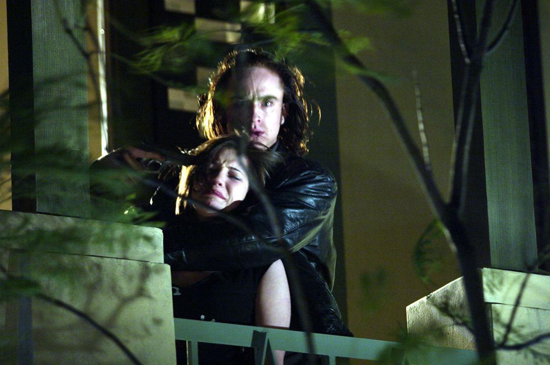 Die Lage eskaliert und Mars Krupcheck (Ben Foster, r.) nimmt Jennifer Smith (Michelle Horn, l.) als Geisel ... - Bildquelle: 2004 Hostage, LLC. All Rights Reserved