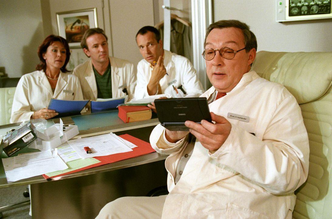 Dr. Berger (Constanze Roeder, l.), Dr. Forch (Stefan Walz, 2.v.l.) und Dr. Stein (Christoph Schobesberger, 2.v.r.) müssen sich erst an die Eigenarte... - Bildquelle: Noreen Flynn Sat.1