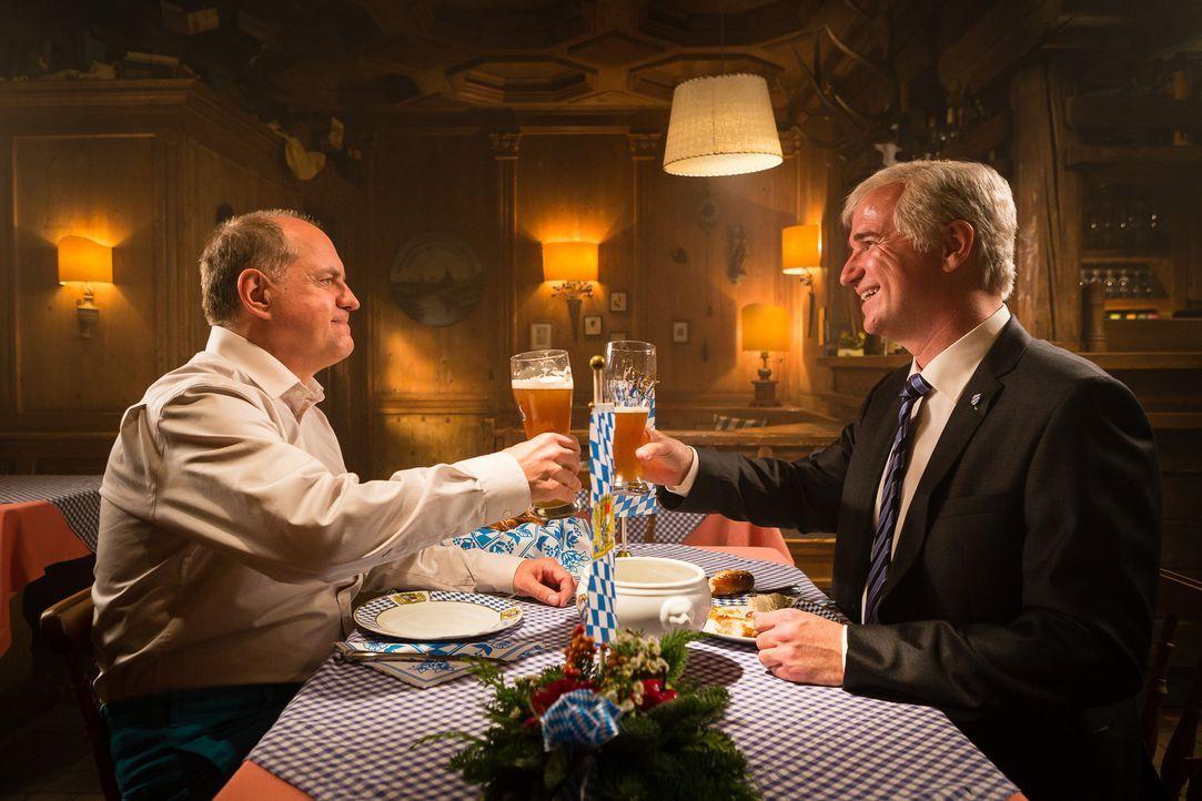 Auch für den Ministerpräsidenten Horst Hofersee (Wolfgang Krebs, r.) ist Udo Honig (Uwe Ochsenknecht, l.) ein unverzichtbarer Ratgeber, insbesondere... - Bildquelle: Arvid Uhlig SAT.1