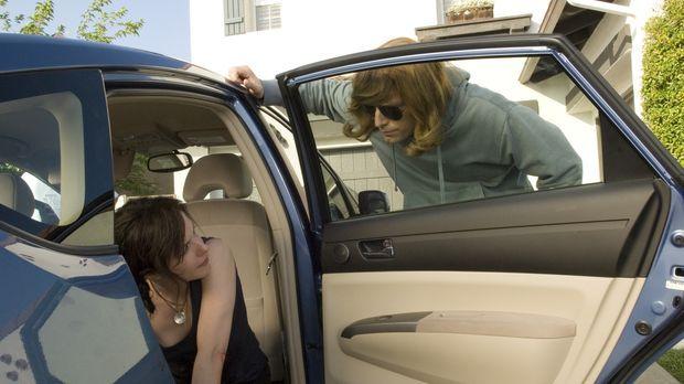 Andy (Justin Kirk, r.) ist auf der Flucht vor der Army und bittet Nancy (Mary...