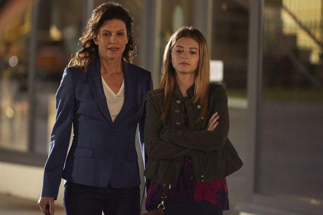 Noch ahnt Dana (Wendy Crewson, l.) nicht, was es bedeuten wird, dass ihre Tochter Molly (Eliana Jones, r.) jetzt auch im Krankenhaus arbeitet ... - Bildquelle: Ken Woroner 2014 Hope Zee Three Inc.