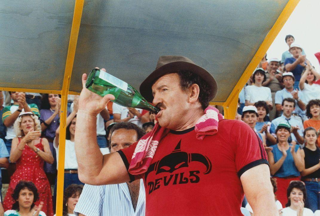 Peppone (Colin Blakely) besticht den Schiedsrichter des traditionellen Dorf-Fußballspiels, um es zu seinen Gunsten zu entscheiden ? - Bildquelle: Paloma Films