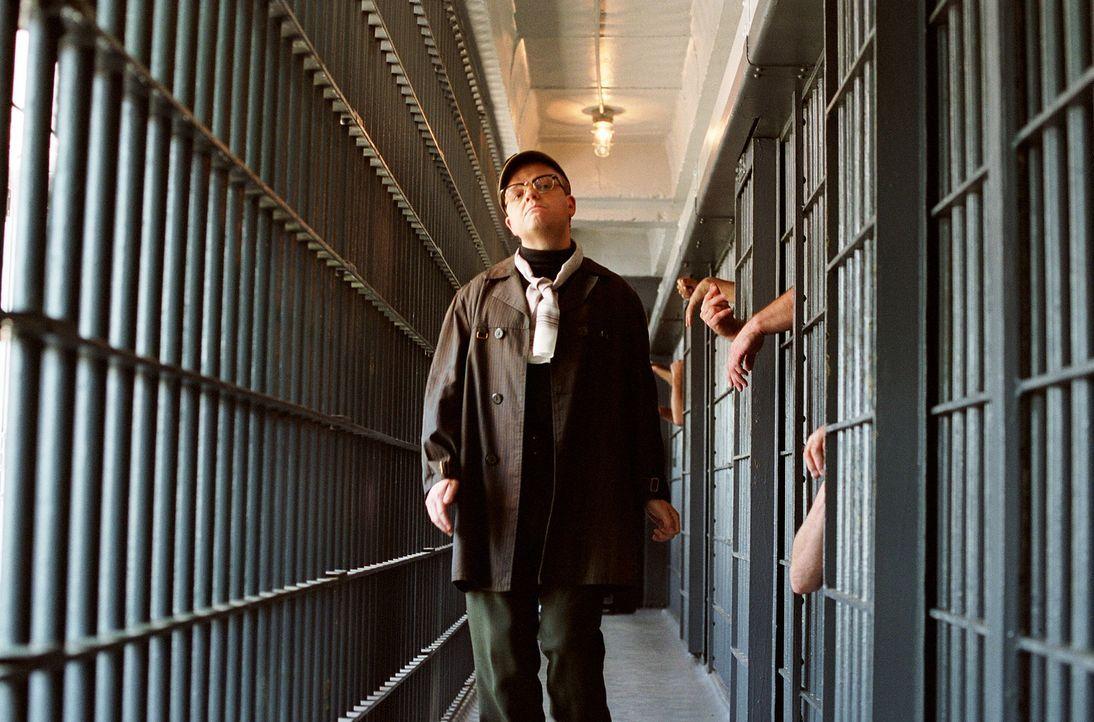 Die Recherche zu einem Mord in Kansas entwickelt sich für Capote (Toby Jones) zu einer sechsjährigen Odyssee, in der er eine eigenartige Beziehung z... - Bildquelle: Warner Brothers International Television Distribution Inc.