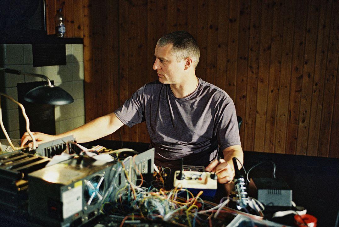 Schon kurz nach seiner Freilassung versucht Brunner (Filip Peeters) den Code seiner elektronischen Fußfessel zu knacken. - Bildquelle: Wolfgang Jahnke Sat.1