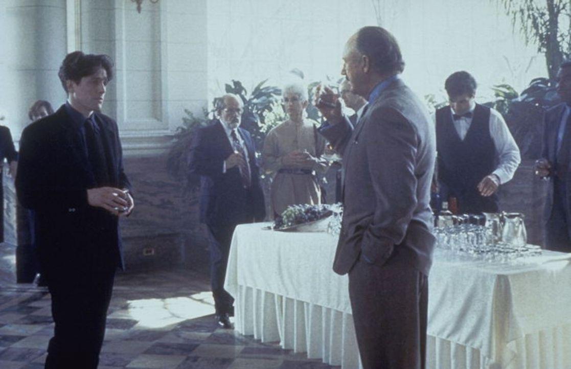 Als Dr. Luthan (Hugh Grant, l.) Nachforschungen anstellt, gerät der geniale, aber skrupellose Neurologe Dr. Myrick (Gene Hackman, r.) unter Verdacht...