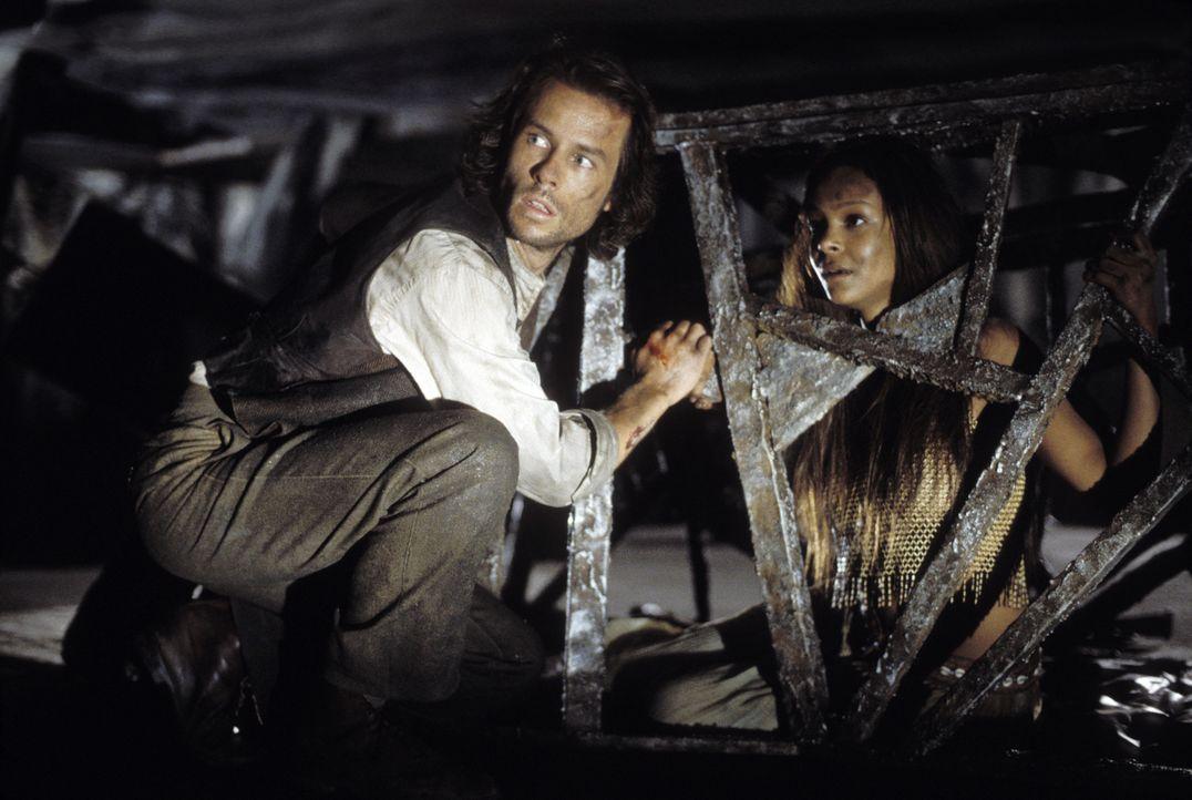 Wird es Alexander Hartdegen (Guy Pearce, l.) gelingen, die hübsche  Mara (Samantha Mumba, r.) zu befreien? - Bildquelle: Warner Bros. Pictures