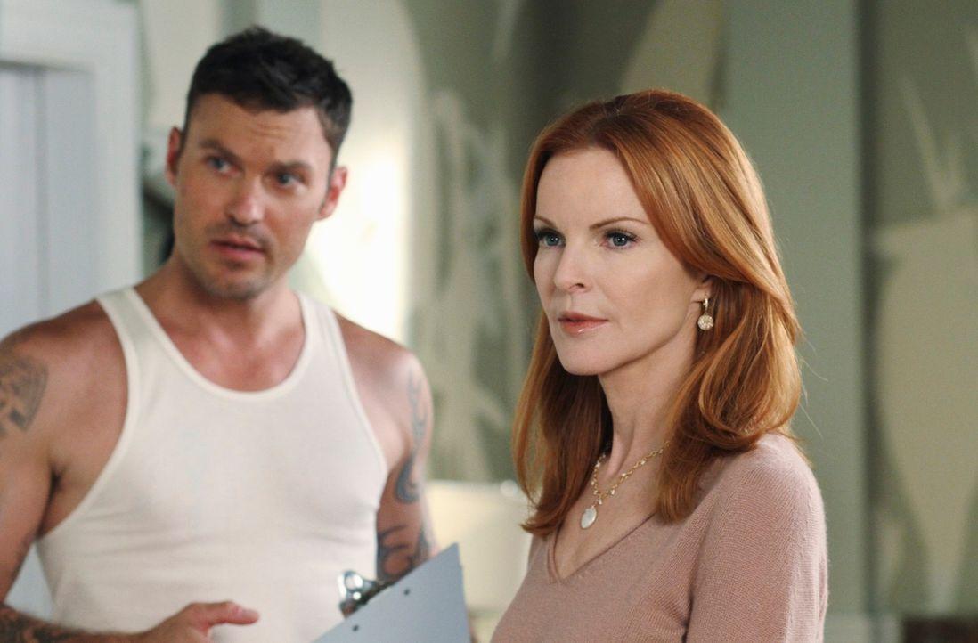 Nachdem Orson ausgezogen ist, nimmt sich Bree (Marcia Cross, r.) der Tapete im Haus an und bekommt dabei Hilfe von Keith Watson (Brian Austin Green,... - Bildquelle: ABC Studios