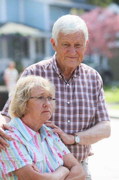 Mrs. McCluskey (Kathryn Joosten, l.) gesteht ihrem Nachbarn Roy (Orson Bean, r.) ihre Liebe und erhält auch tatsächlich eine Antwort, wenn auch nur... - Bildquelle: ABC Studios
