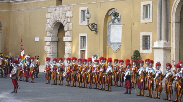 Die Schweizer Garde ist die kleinste Armee der Welt. Ihr Auftrag ist extrem:...