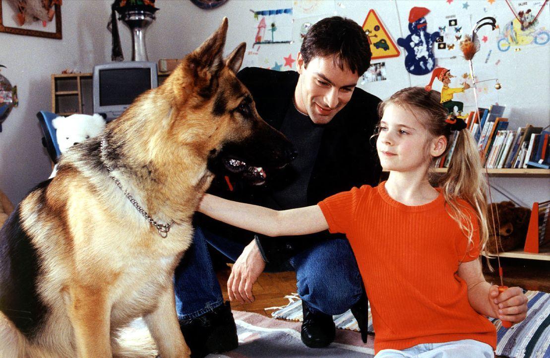 Rex und Kommissar Brandtner (Gedeon Burkhard, M.) versuchen, die kleine Marion Lenz (Alina Bimashofer, r.) zu trösten. Ihre Mutter ist mit dem Wagen... - Bildquelle: Ali Schafler Sat.1