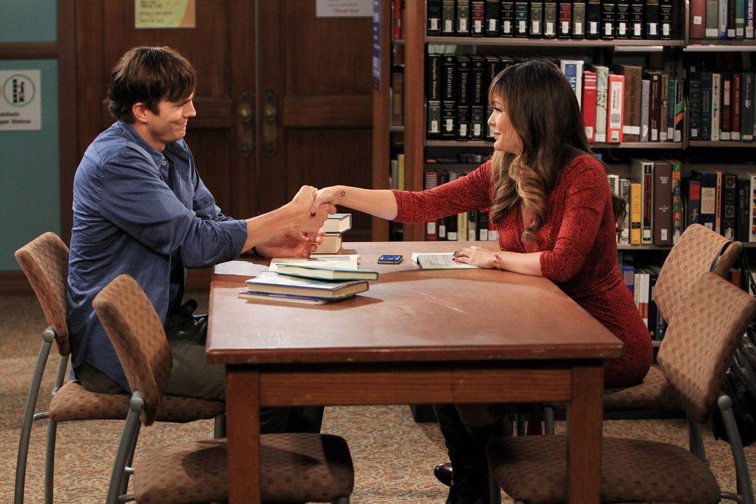 Bei einer Auszeit von Missi in der örtlichen Bibliothek trifft Walden (Ashton Kutcher, l.) auf die attraktive arbeitslose Schauspielerin Whitney (Li... - Bildquelle: Warner Brothers Entertainment Inc.