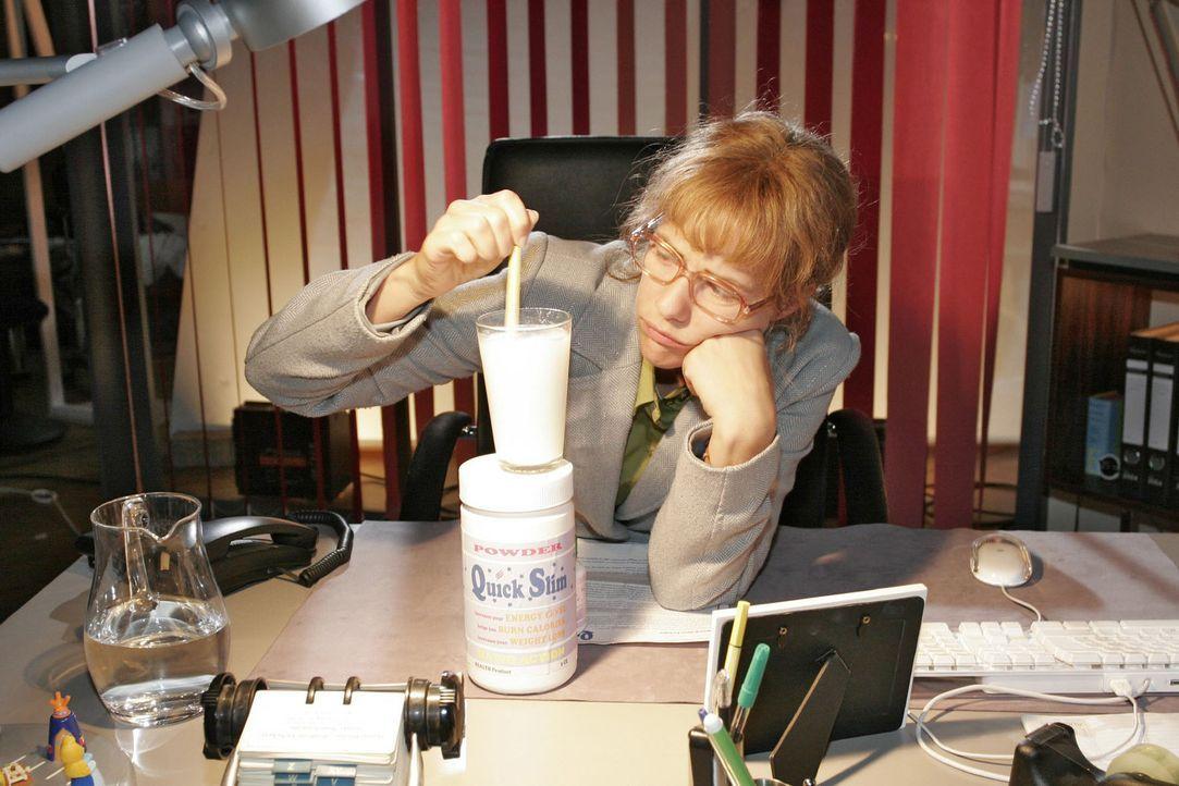 Lisa (Alexandra Neldel) entschließt sich zu einer Diät - und dafür, das Nahrungsersatzmittel zu nehmen ... (Dieses Foto von Alexandra Neldel darf... - Bildquelle: Noreen Flynn Sat.1