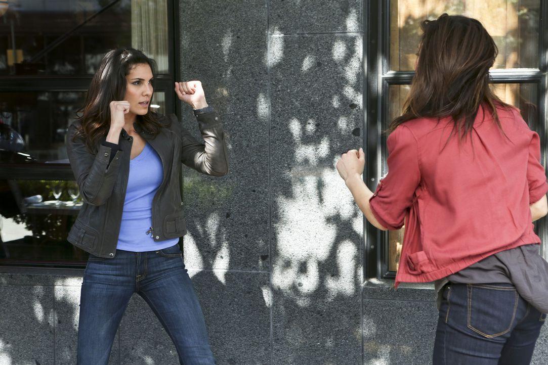 Bei den Ermittlungen in einem neuen Fall: Kensi (Daniela Ruah, l.) und Monica Davis (Jeananne Goossen, r.) ... - Bildquelle: CBS Studios Inc. All Rights Reserved.