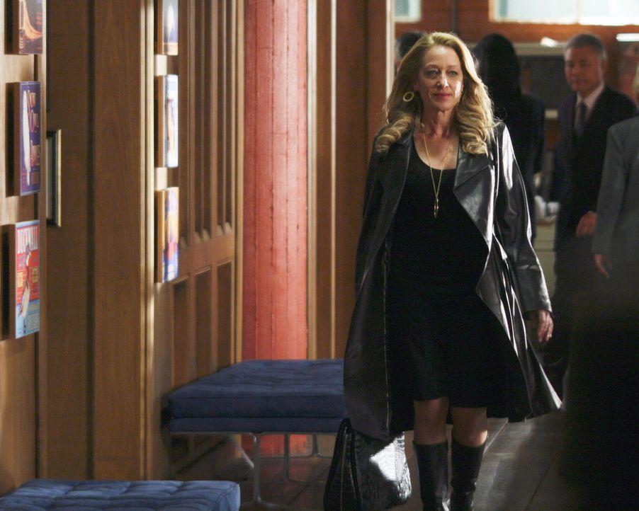 Holly (Patricia Wettig) nimmt an ihrer ersten Aufsichtsratssitzung teil ... - Bildquelle: Disney - ABC International Television