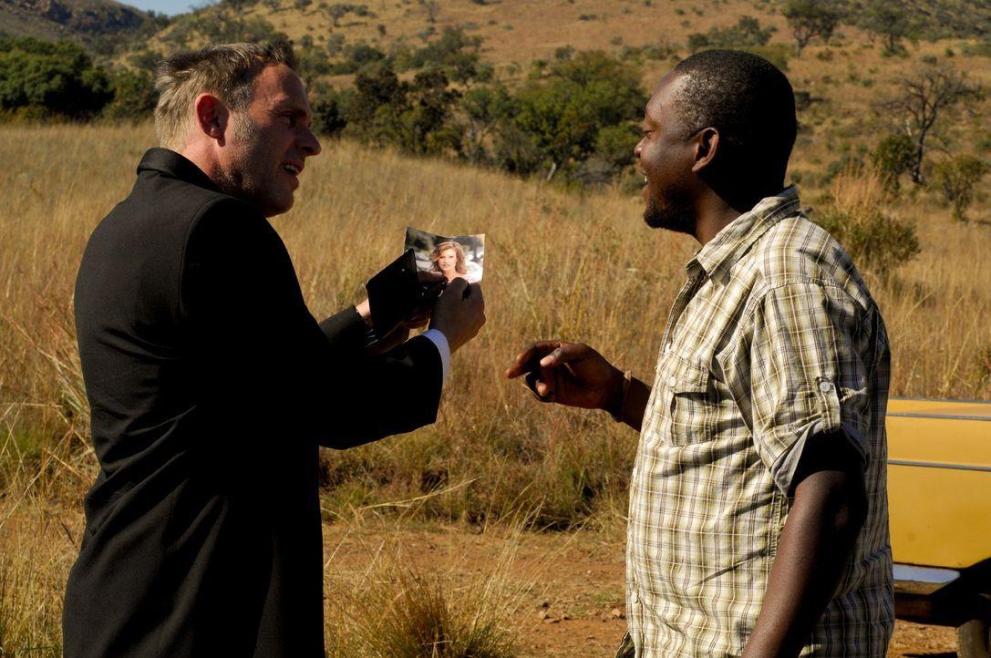 Auf der Suche nach Lisa gerät Max (Dirk Martens, l.) immer tiefer in den afrikanischen Busch - und bekommt dann dort auch das, was er verdient hat... - Bildquelle: David Gur SAT.1