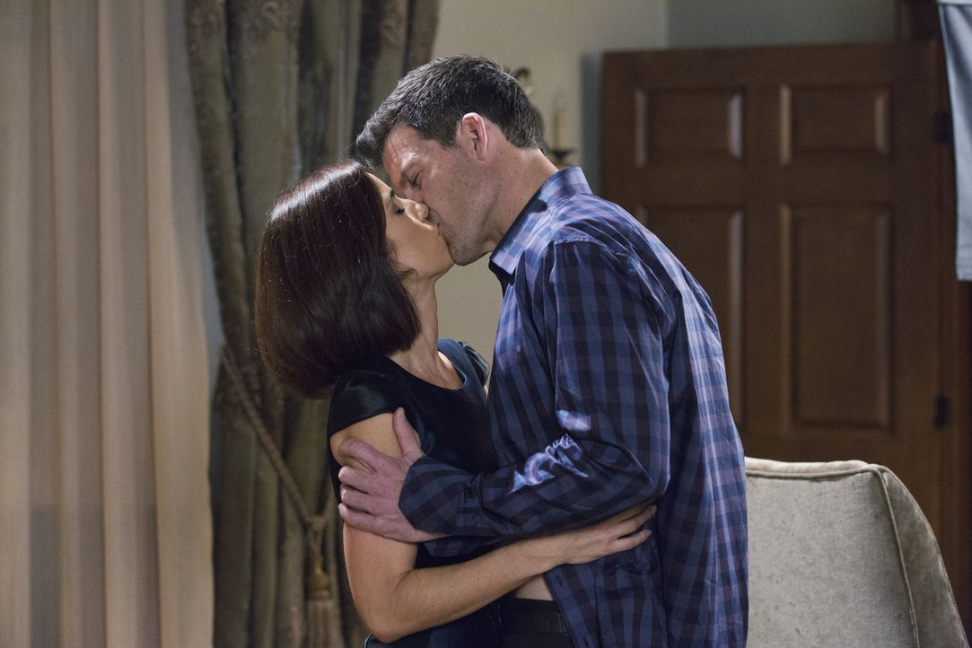Offenbart Nicholas (Mark Deklin, r.) seiner zukünftigen Frau Marisol (Ana Ortiz, l.) sein wahres Gesicht, als ihn die Eifersucht übermannt? - Bildquelle: 2014 ABC Studios