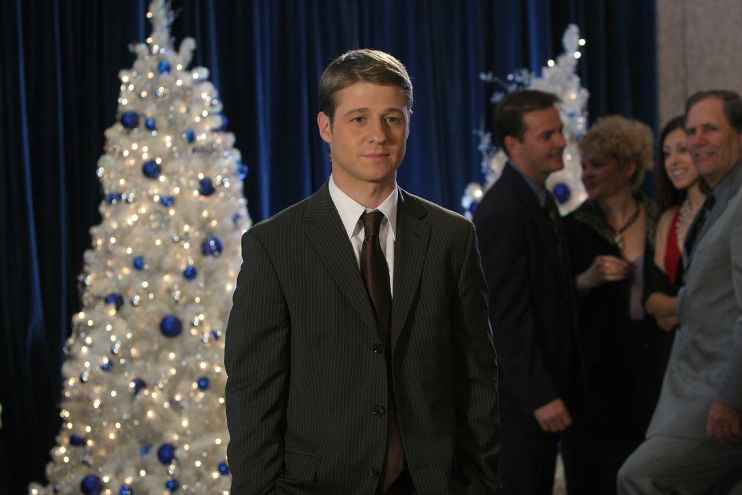 Ryan (Benjamin McKenzie) ahnt, dass mit Johnny etwas nicht stimmt ... - Bildquelle: Warner Bros. Television