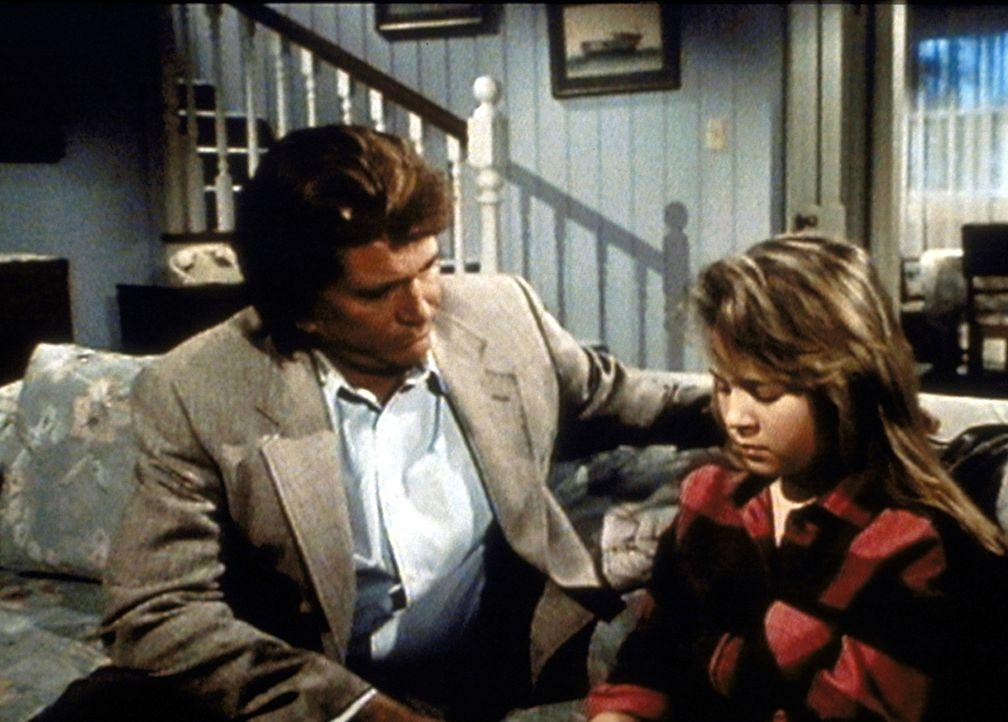 Jonathan (Michael Landon, l.) spendet Lisa (Christine Healy, r.), der Schwester der todkranken Lee, Trost. - Bildquelle: Worldvision Enterprises, Inc.