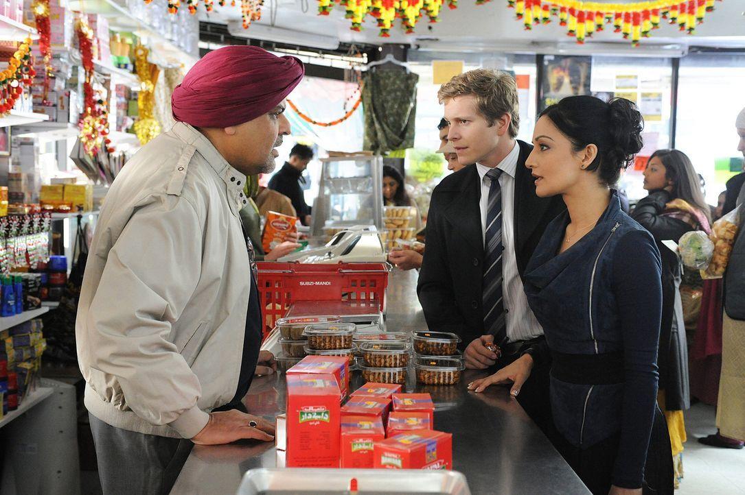 Kann der indische Geschäftsinhaber (Ebrahim Jaffer, l.) Kalinda (Archie Panjabi, r.) und Cary (Matt Czuchry, M.) weiterhelfen? - Bildquelle: CBS Studios Inc. All Rights Reserved.