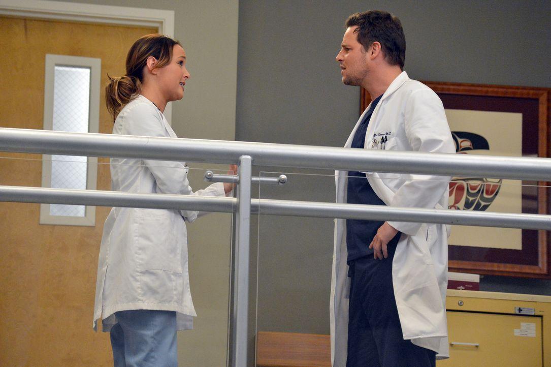 Die Mitarbeiter des Grey Sloan Memorial Hospital sollen künftig keine Beziehungen mehr mit Kollegen haben, was großen Wirbel auslöst. Doch Alex (Jus... - Bildquelle: ABC Studios