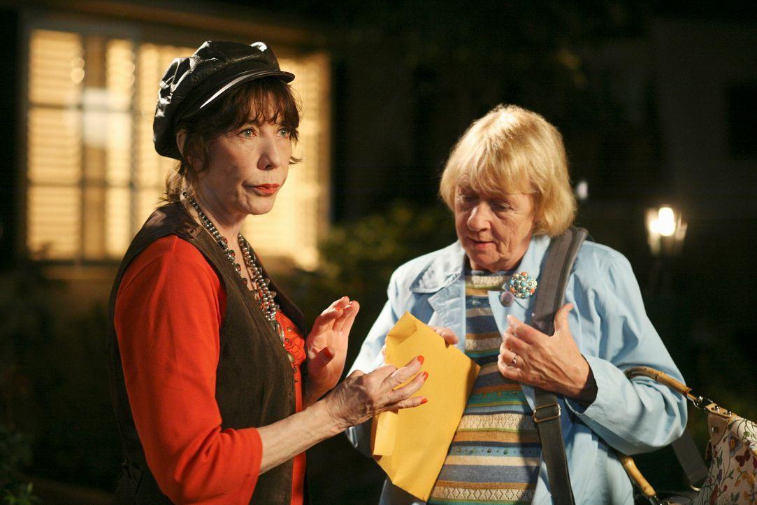 Nach alldem, was vorgefallen ist, heuert Mrs. McCluskey (Kathryn Joosten, r.) ihre Schwester Roberta (Lily Tomlin, l.) an, um etwas über Dave heraus... - Bildquelle: ABC Studios